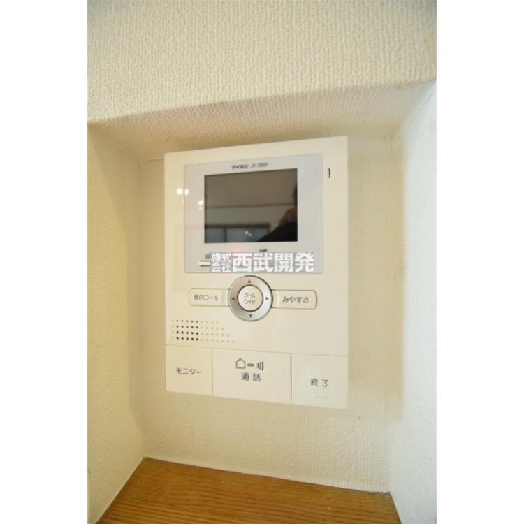 モニター付きのインターフォンです。ボタンを押すだけで玄関のカギを開けずに会話ができるので安心ですね。