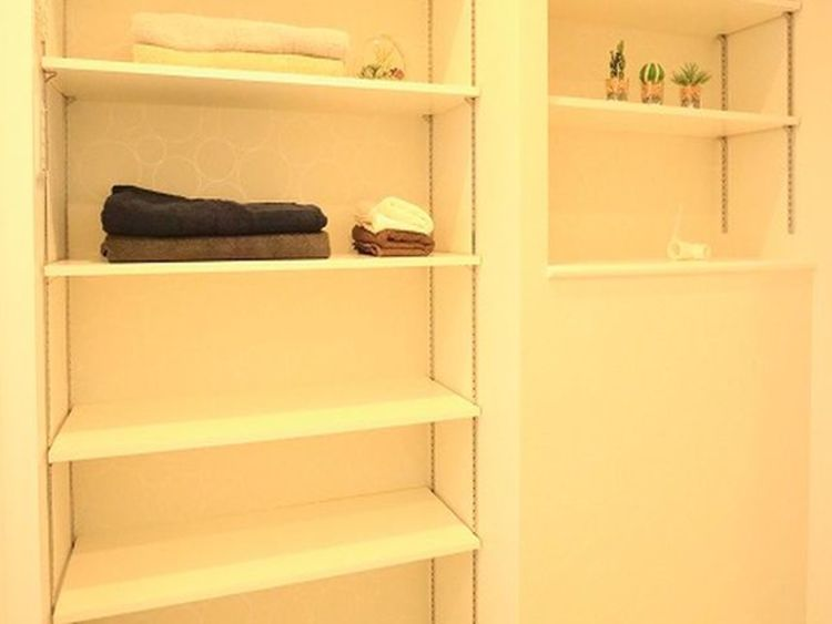 洗面室には収納棚があります。タオルや洗剤の買い置きなど、物が溢れるサニタリーには重宝する収納です。