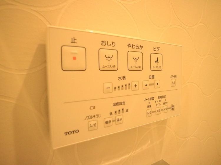 便利な温水洗浄便座。トイレットペーパーの無駄をなくすだけでなく、感染症の予防にも効果的です。