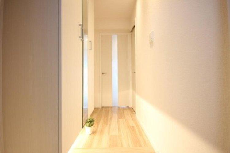玄関を開けると、新規リノベーションによって生まれ変わった空間が皆様を迎え入れます。部屋への期待感が高まりますね。