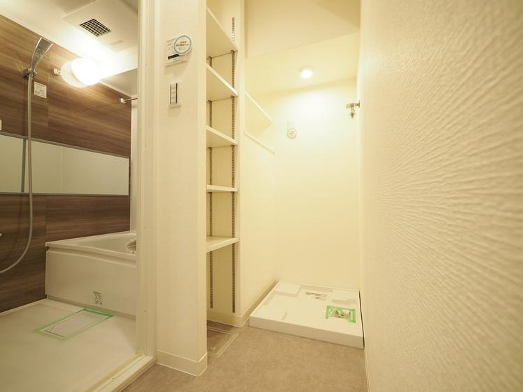 お家の中でも特にプライベートスペースとなる洗面所は、洗濯場所と浴室を同じ空間でまとめております。小窓も設置してございます。