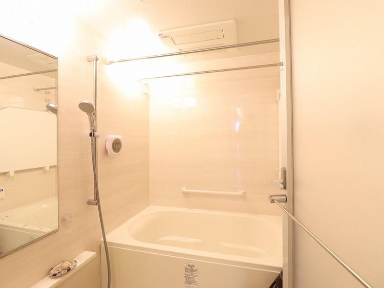 高級ホテルへ宿泊しにきたような充実設備が整っているのが浴室。心身ともに癒されつつ、プライベートなひと時を送ることができるでしょう。保温効果の高い浴槽は家計にも嬉しい。