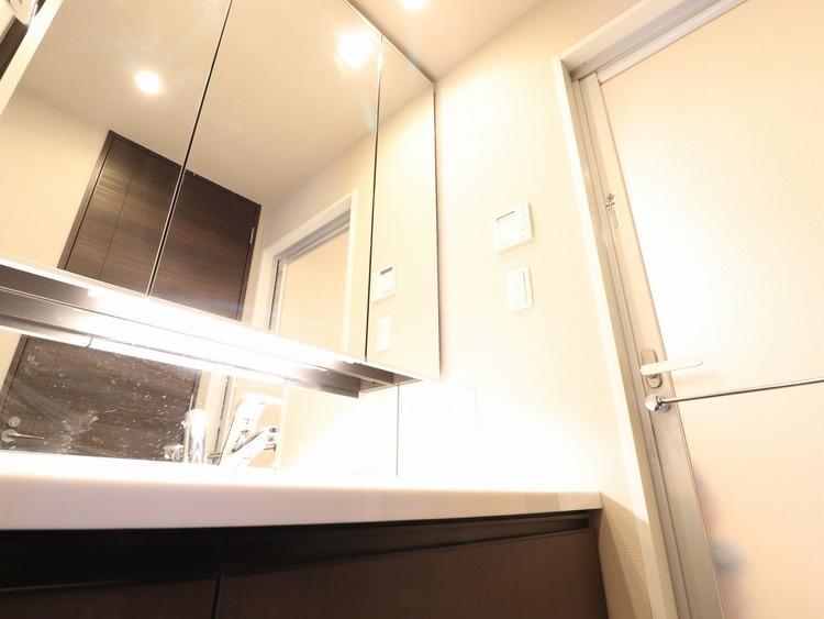 十分な大きさの洗面台は収納もさる事ながら、身だしなみチェックや歯磨きなど、朝の慌ただしい時間でもホテルライクなスペースで余裕とゆとりを感じて頂けます。タオルなどをコンパクトに収納できる棚も標準装備。