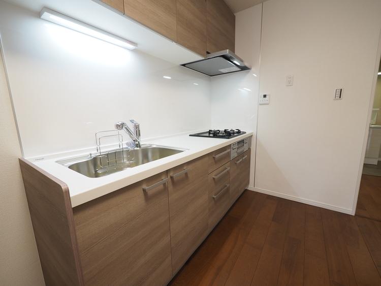ナチュラルカラーで統一されたキッチンは、ご家族を見守る事の出来る生活導線上に配置。