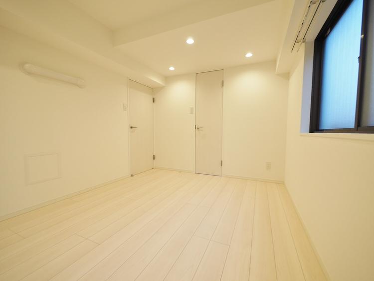 住まう方自身でカスタマイズして頂けるように「シンプル」にデザインされた室内。家具やレイアウトでお好みの空間を創り上げられます。