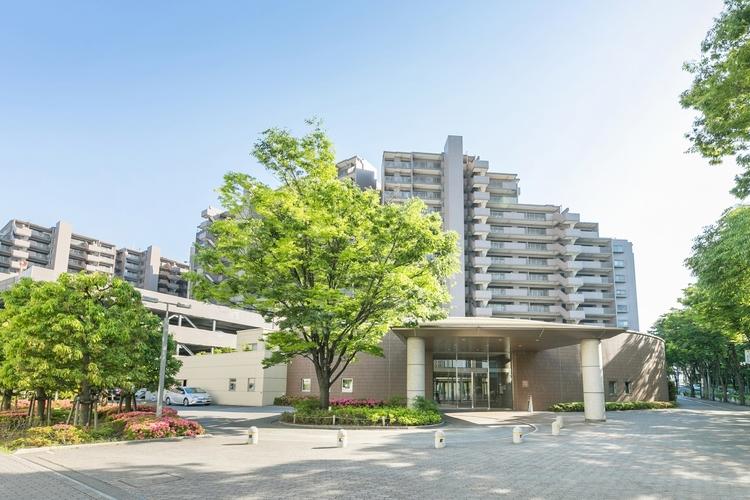 緑に囲まれた、おしゃれなタイル張りの白いマンション。共用施設が充実し、管理体制の良いマンションです。
