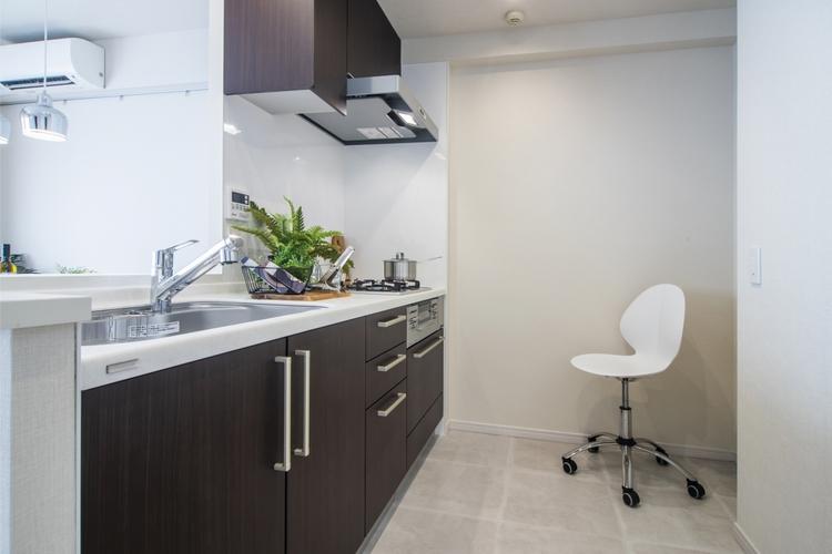 カウンターキッチンは、食器洗浄乾燥機とディスポーザーを備え付けたトクラス製のシステムキッチンを設置。