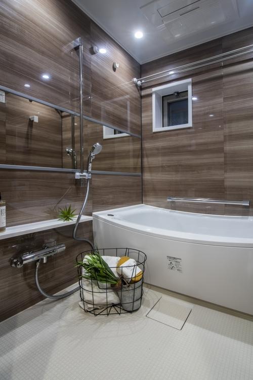 窓のある浴室には、浴室換気乾燥機とTOTO製追炊き機能付きのユニットバスを設置。