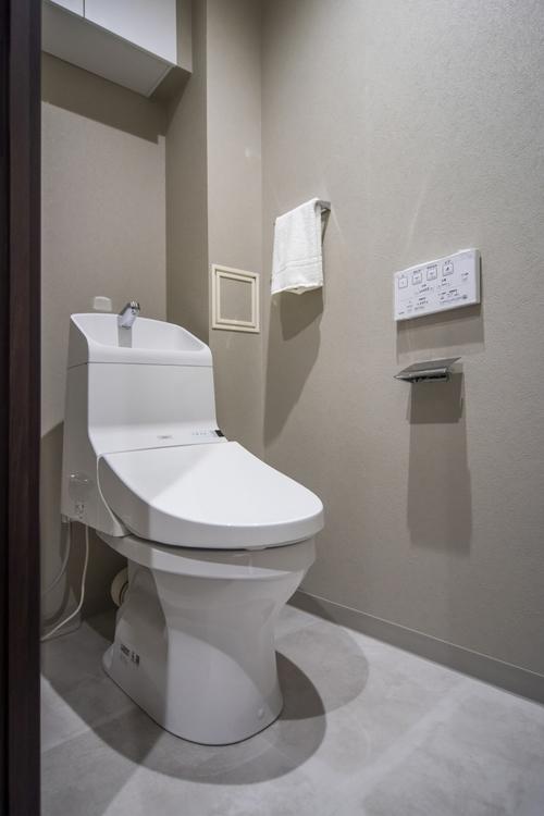 トイレには、収納に便利な吊戸棚とTOTO製洗浄便座付きのトイレを設置。