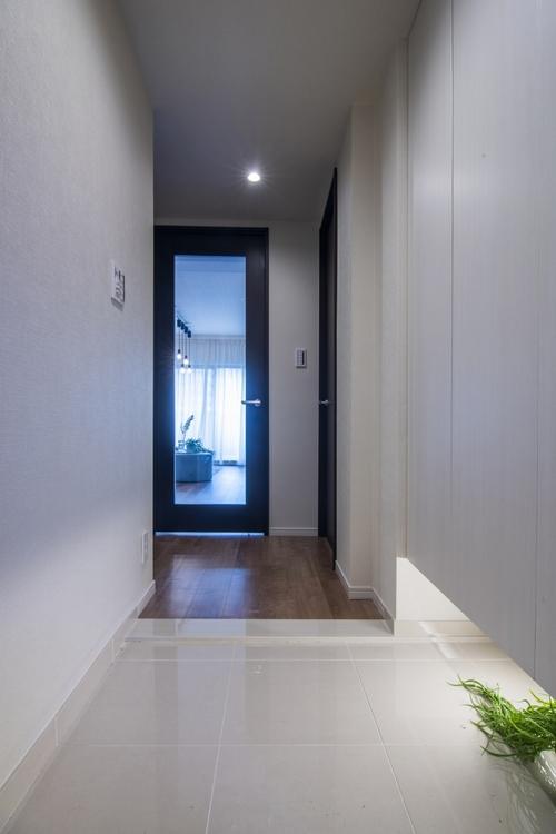 玄関ホールは、リビングダイニングのすりガラスのドア越しに陽が射し明るいです。