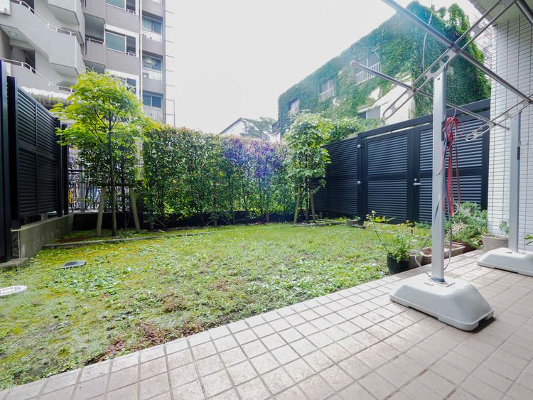 26?超の専用庭とテラスがあり南向きで陽当りも良いので趣味のガーデニングもできますね。