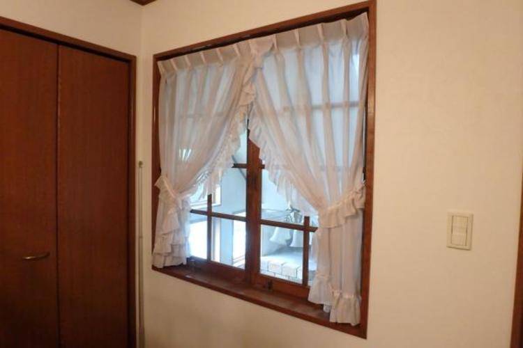 子供部屋からリビングを見下ろせる窓があります。