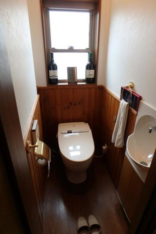 タンクレスのトイレですっきりとした空間になっています。