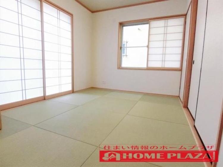 リビングの横の和室は、琉球畳が和室をすっきりと見せてオシャレな空間を演出しています。