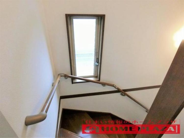 階段には窓があり、通風・明り取りの役目をしております。