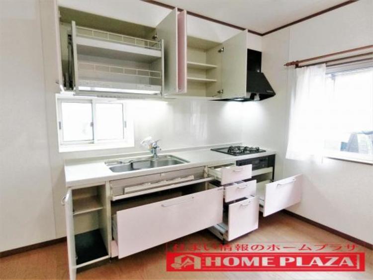 収納もたっぷりの大容量キッチンです。