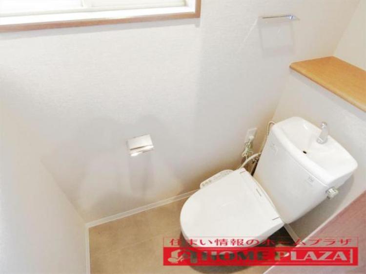 トイレには窓があり換気が出来て便利。もちろん、ウォッシュレットトイレです。