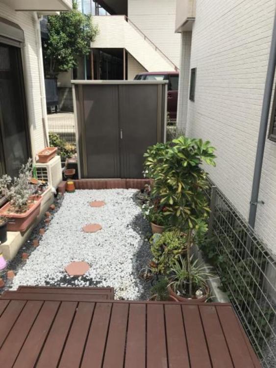 ウッドデッキ横にはお庭もございます。お子様が遊ぶ姿をウッドデッキから見守ることもできますね!