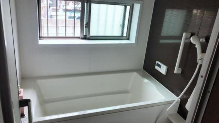 浴室には窓があり、換気もできます!手すりもあり小さなお子様にもご年配の方にも安心です!