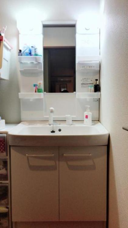 洗面台の鏡の両サイドには棚があります。身支度に必要なものがさっと取り出せます!