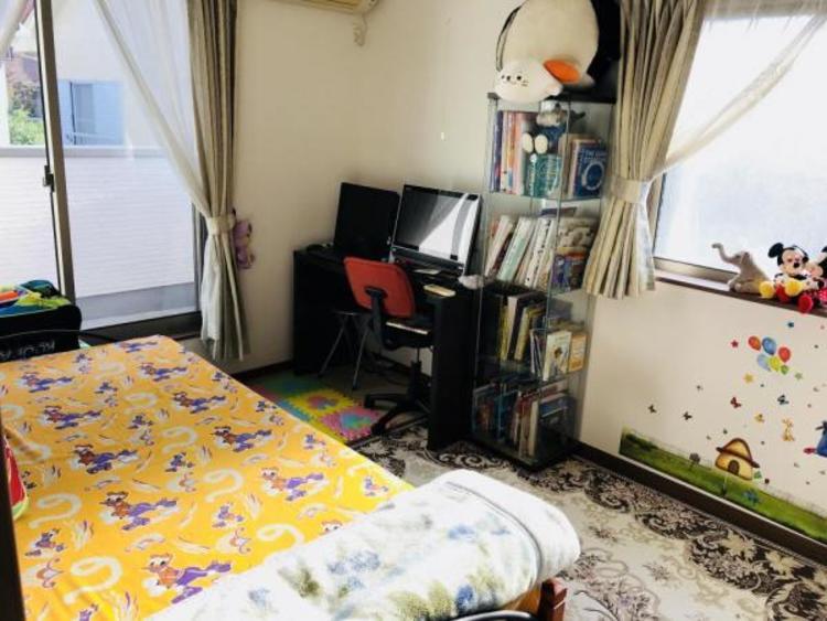こちらのお部屋はバルコニーに面していて大きな窓から日差し差し込む心地良いお部屋です!