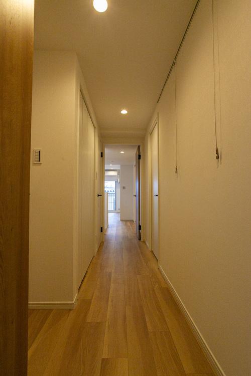 明るい照明が降り注ぐ、玄関スペース