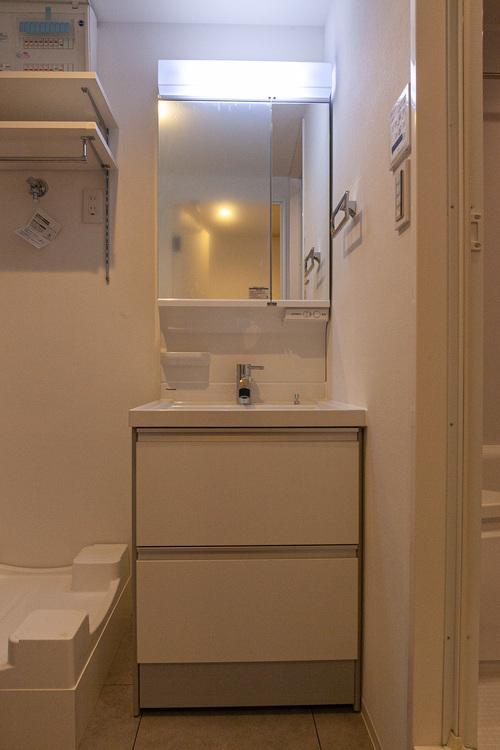朝の身支度もスマートに行える独立洗面台です