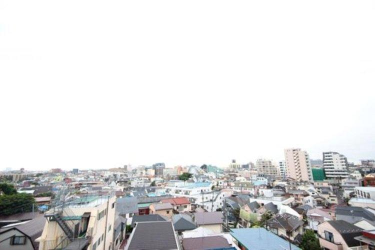 高台で陽当たり・通風・開放感・眺望に恵まれた環境です。周辺は高い建物がなく青い空が遠くまで広がります。 ≫