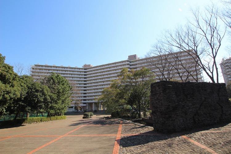 全棟戸数1414戸のビッグコミュニティ。広大な敷地内には、テニスコートやプレイロットなどがあります