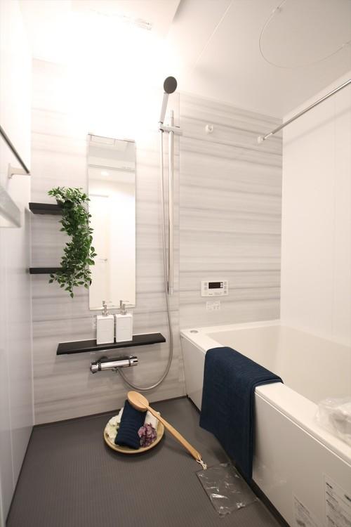 白を基調とした、清潔感溢れるバスルーム