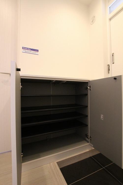 脱いだものをさっと隠せるシューズボックス。限られたスペースを広々と使えます