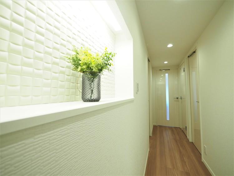「エコカラット」の微細な孔は、高い呼吸能力で心地よく、 体にやさしい室内環境をつくります。