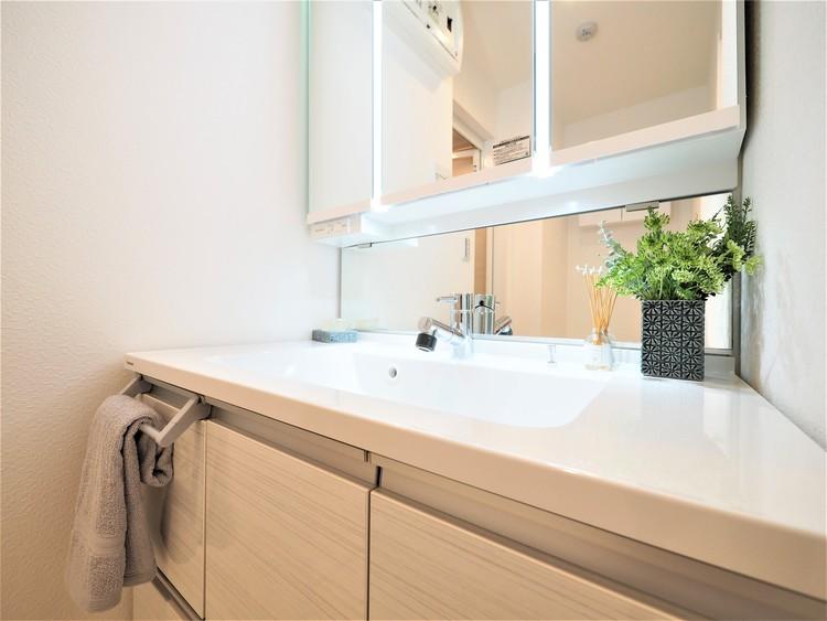 鏡の後ろに収納スペースを設ける事により、散らかりやすい洗面スペースをすっきりさせる事が出来るのも嬉しいですね。