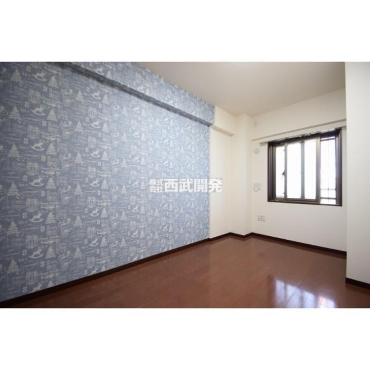 【洋室】主寝室は約6.5帖の広さです。ベッドを二つ置いても十分な大きさで一日の疲れを癒します。