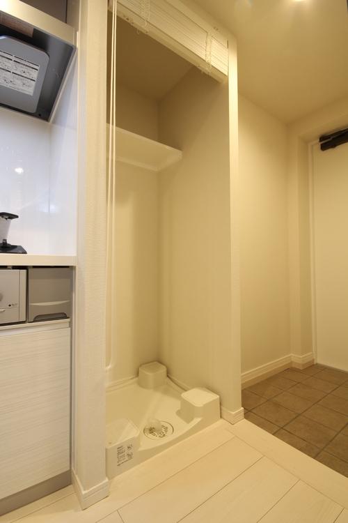 洗濯機置場は玄関とキッチンの間にあります