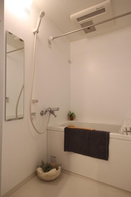 コンパクトな浴室ですが、お湯の継ぎ足しができるので、長風呂が好きな方も安心です