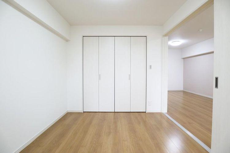 「洋室」収納を備えたリビングとつながる洋室