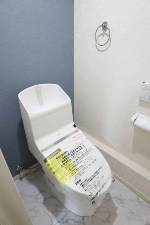 「トイレ」アクセントクロスで落ち着きのある空間へ