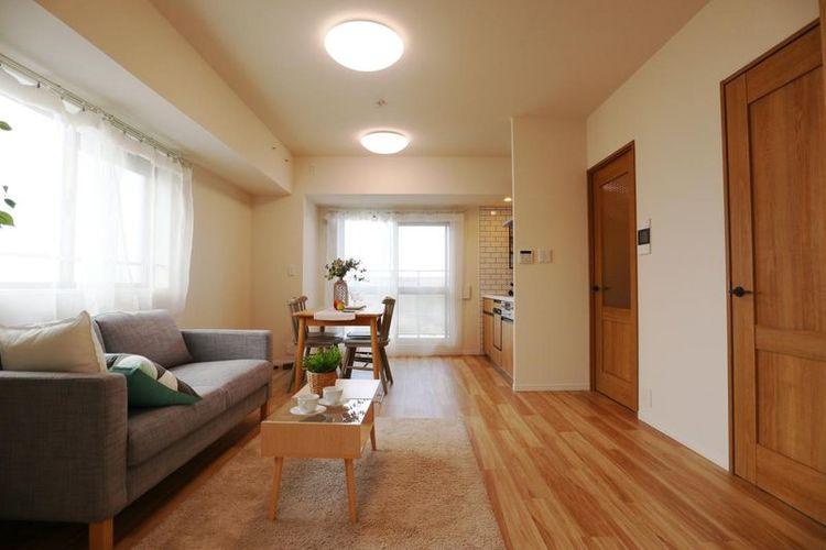 「リビング」2面採光の角部屋、明るい陽光が心地よい開放感溢れるリビング