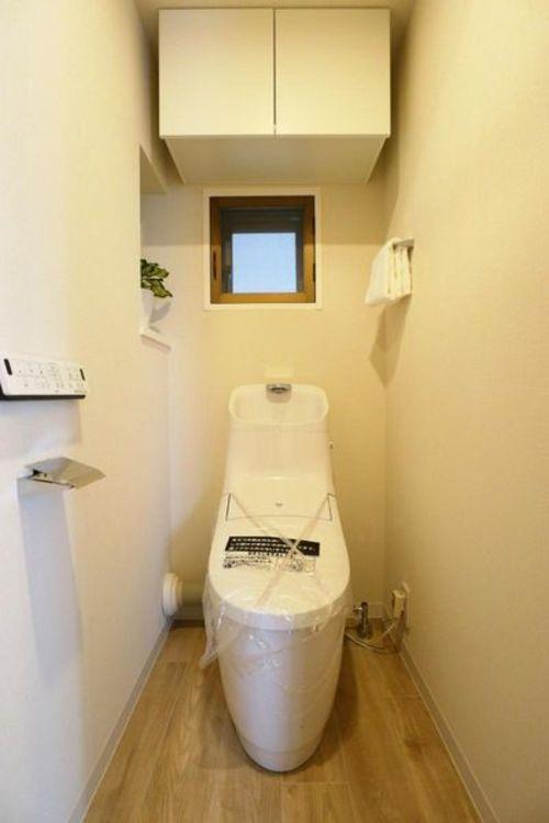「トイレ」換気がでる窓付きのトイレで清潔な空気を保つことできます。