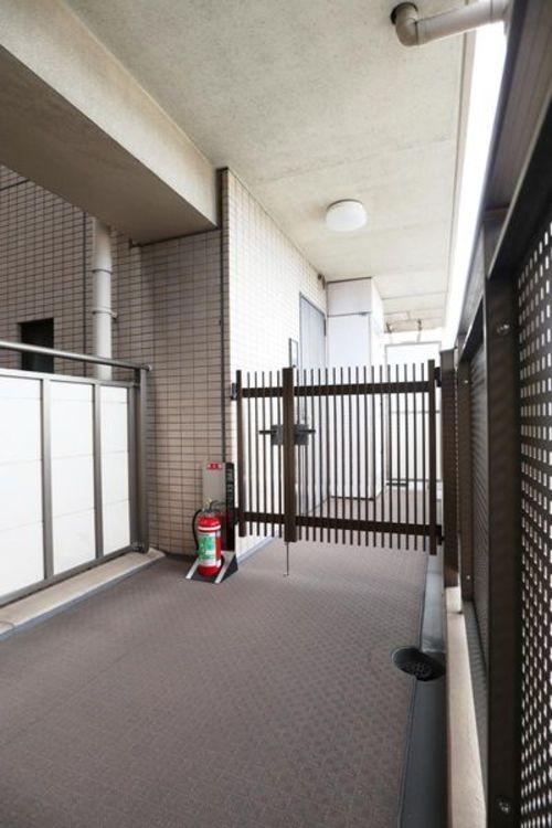 「玄関」自転車やベビーかも置ける玄関ポーチ付き