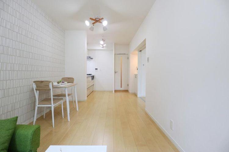「リビング」壁一面にアクセントカラーを使用し、明るい居住空間へ生まれ変わりました。