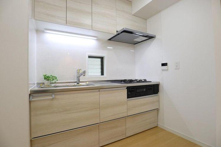 「キッチン」明るく換気もできる窓付きのキッチンスペース