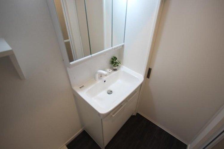 身だしなみを整えやすい事はもちろんですが、鏡の後ろに収納スペースを設ける事により、散らかりやすい洗面スペースをすっきりさせる事が出来るのも嬉しいですね