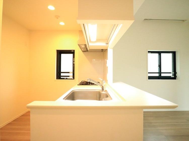 リビングと一体化した対面キッチン。使い勝手の良い設備のキッチンで効率よくお料理ができます。