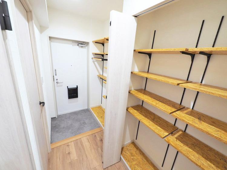 玄関には充実の収納スペース付き