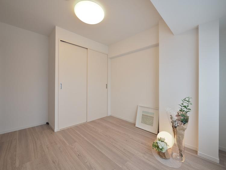 住まう方自身でカスタマイズして頂けるように「シンプル」にデザインされた室内。