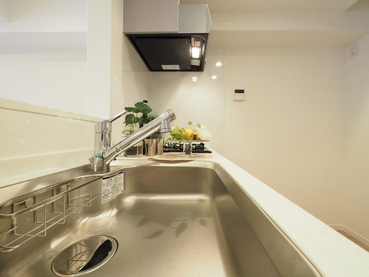 ご家族みんなで調理ができる位のスペースを実現したキッチン空間となっております
