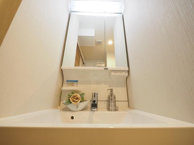お家の中でも特にプライベートスペースとなる洗面所は、洗濯場所と浴室を同じ空間でまとめております。