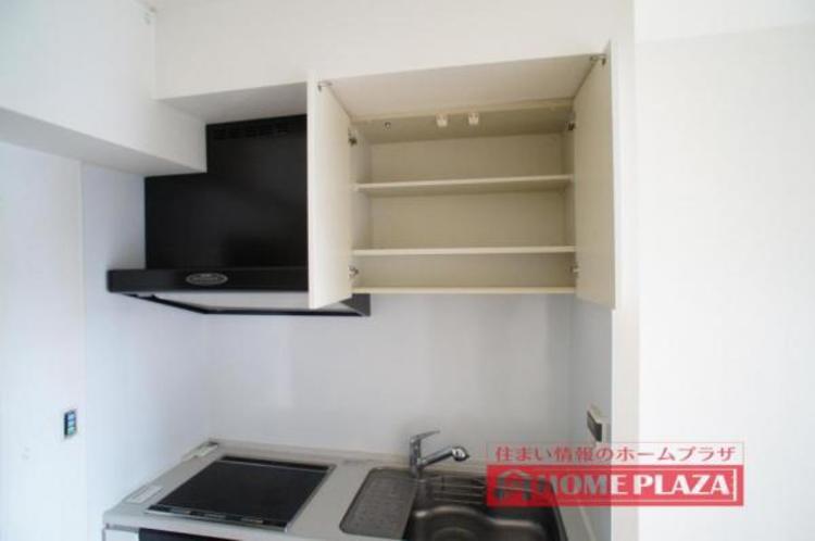 吊り棚があるので、使用頻度の低い調理器具やタッパーなども収納できます!
